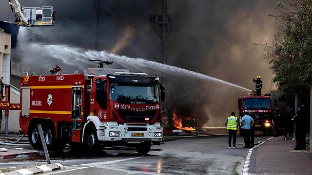 כבאיות בזירת השריפה בשדרות (צילום: AP)