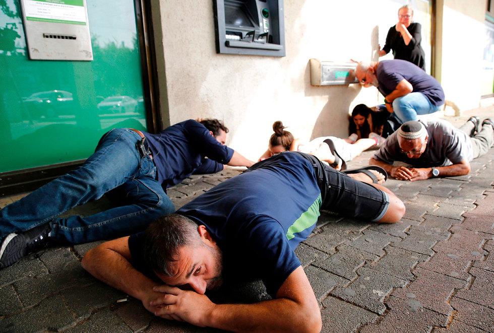 תופסים מחסה באשקלון (צילום: AFP)