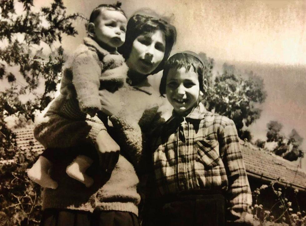 """תמונת ילדות: התינוקת רחל-לאה עם שני אחיה הגדולים. """"הייתי ילדה טובה ומרצה, אז חטפתי פחות"""" (צילום: אלבום פרטי)"""
