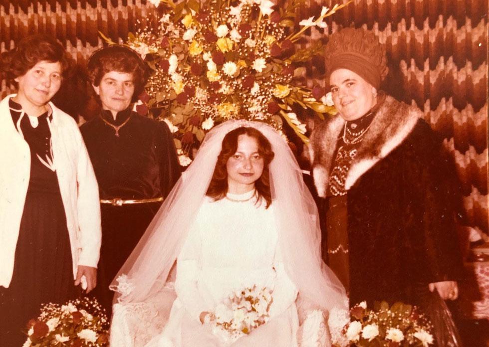 """בחתונה הראשונה. """"ההורים איימו שאם נבטל את האירוסים, תרבוץ קללה על ראשינו"""" (צילום: אלבום פרטי)"""