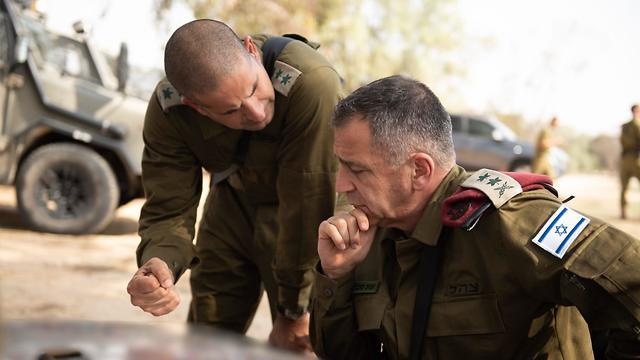 IDF Chief of Staff Aviv Kochavi discusses the Gaza violence with a senior officer (Photo: IDF Spokesperson's Unit)