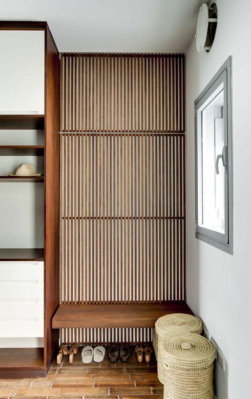 ממ''ד שהפך לחדר ארונות בדירה במגדל תל אביבי, עם החלון והמסנן המוכרים על הקיר מימין. תכנון: אסף לרמן (צילום: Richard Jochum)
