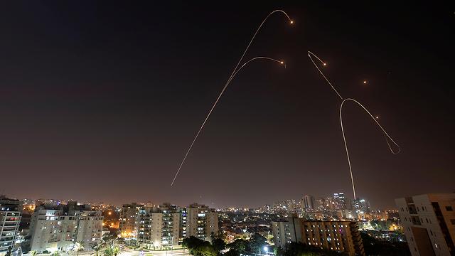 יירוטים מעל אשקלון (צילום: רויטרס)