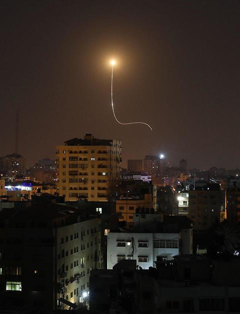 יירוט של כיפת ברזל, כפי שתועד מעזה (צילום: AFP)