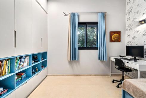 כאן נעשה שימוש בחלון חדש שנכנס לתקן: חלון הזזה, במקום הכנף הכבדה הנפתחת לתוך החדר (צילום: מאור מויאל)