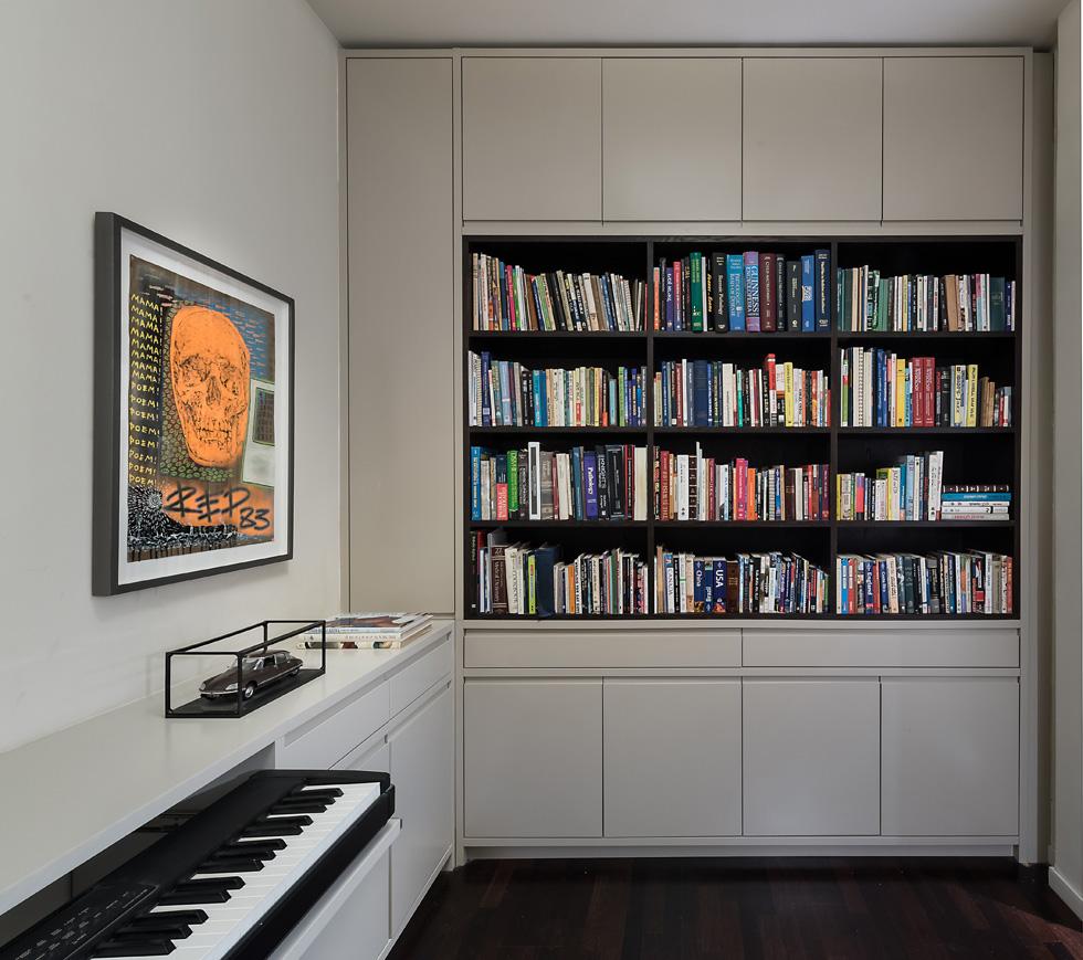 ממ''ד שנוסף בשיפוץ בניין ישן בתל אביב הפך לחדר העבודה והנגינה של בעל הדירה. עיצוב: XS אדריכלות קומפקטית (צילום: עמית גושר)