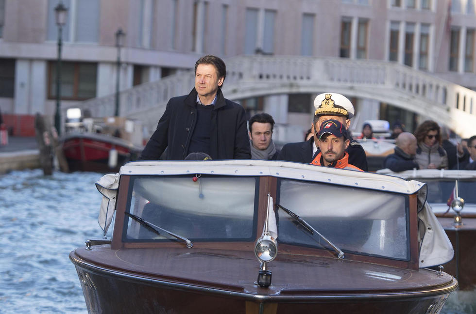 ראש ממשלת איטליה ג'וזפה קונטה מבקר ב ונציה הצפות (צילום: EPA    )