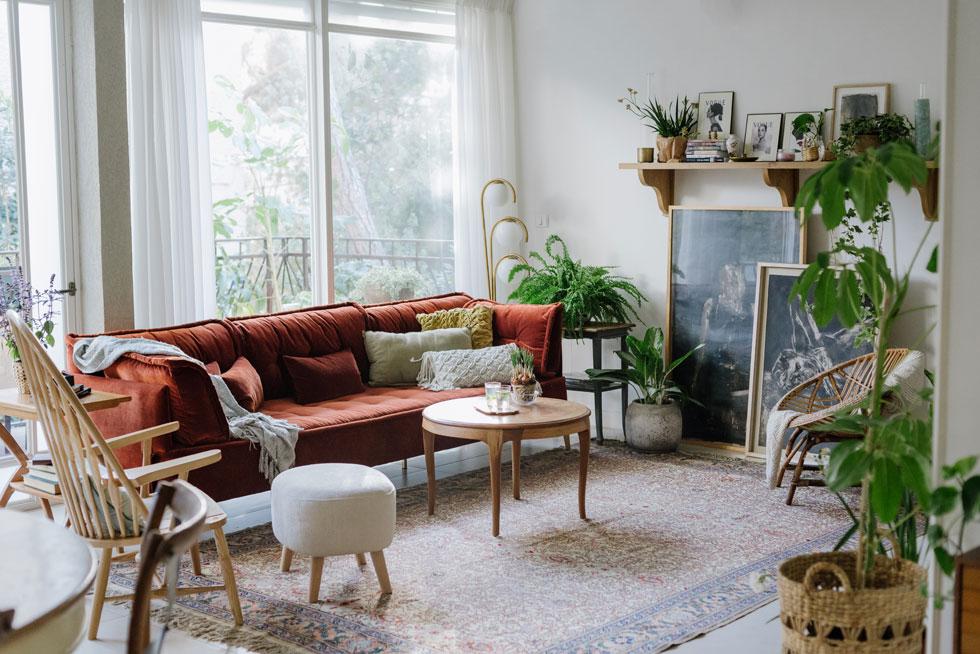 הסלון: שילוב אקלקטי ומלא חיים של רהיטים ואקססוריז ממקומות שונים . רוצים גם? בהמשך הכתבה (צילום: מורן מעין)
