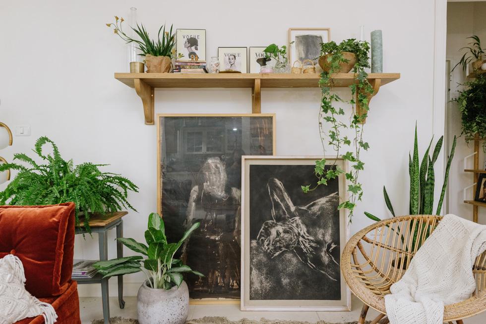 רוב עבודות האומנות ברחבי הבית הם של אומן חיפאי ששמו שחר סיון, המתמחה באיורים ובתמונות בשחור־לבן (צילום: מורן מעין)