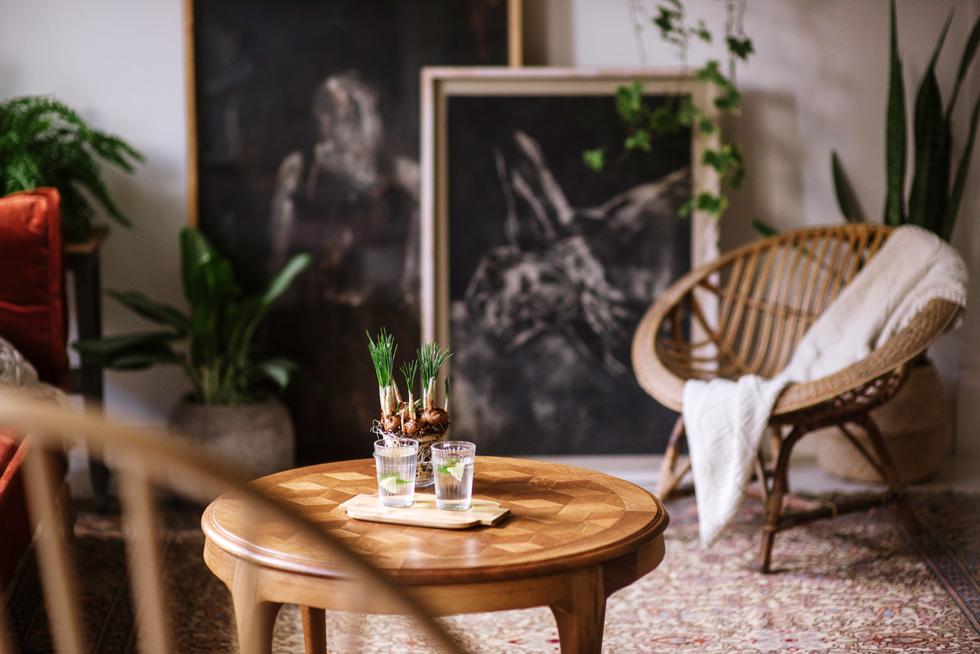 כורסת הקש בסלון עלתה רק 40 שקל בשוק ושם נמצאו גם שולחן הקפה, המנורה העומדת בסלון ועוד רהיטים ואביזרים (צילום: מורן מעין)