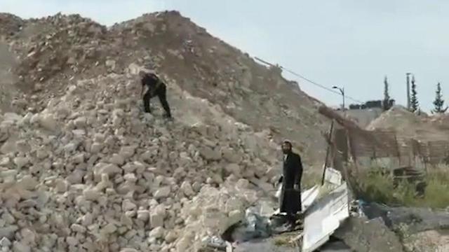 שוטר מיידה אבנים על מפגין (צילום: כיכר השבת)