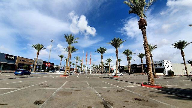 Be'er Sheva shopping center appears empty following rocket fire (Photo: Roee Idan)