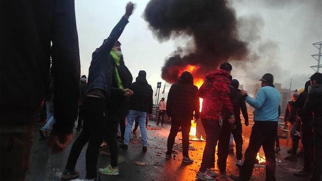 מחאה הפגנות הפגנה נגד מחיר מחירי דלק עיר טהרן איראן (צילום: AFP)