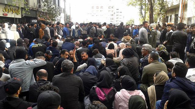 מחאה הפגנות הפגנה נגד מחיר מחירי דלק עיר אספהאן איראן (צילום: AP)