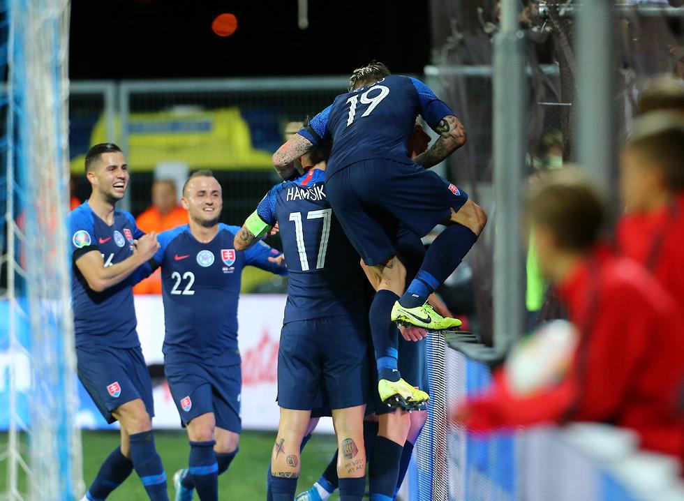 שחקני נבחרת סלובקיה חוגגים (צילום: רויטרס)