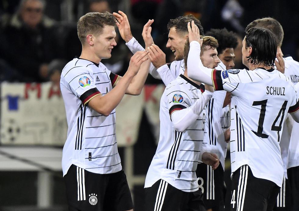 שחקני נבחרת גרמניה חוגגים (צילום: AP)