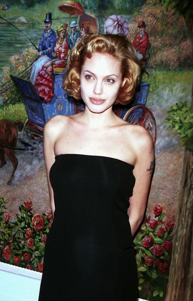 ג'ולי ב-1999, בתסרוקת בלונדינית קצרה (צילום: Diane Freed/GettyimagesIL)