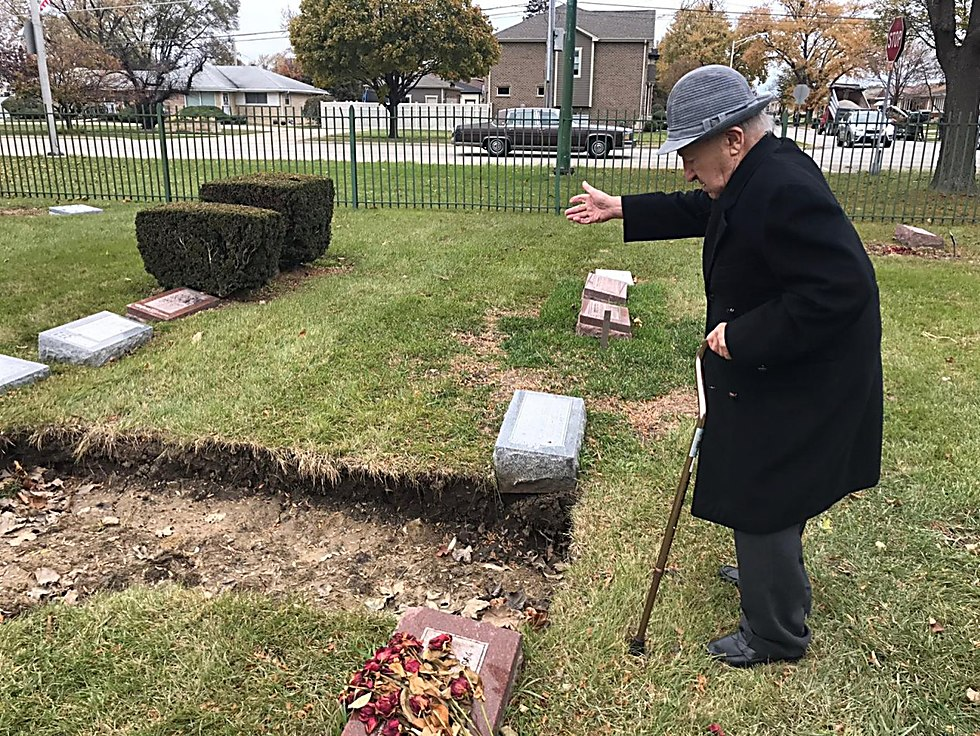 Michael Okunieff bids farewell to his wife at Chicago Jewish cemetery  (Photo: David Persiko) (Photo: David Persiko)