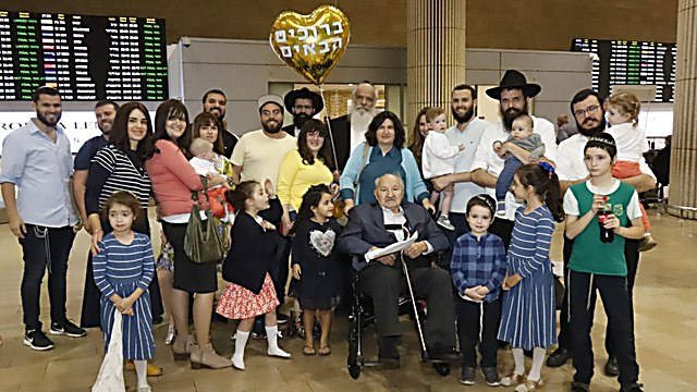Relatives welcome Michael Okunieff at Ben-Gurion Airport (Photo: David Persiko) (Photo: Eitan Elhadez Barkan)