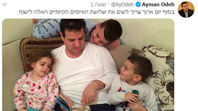 איימן עודה מקריא לילדיו סיפור ()