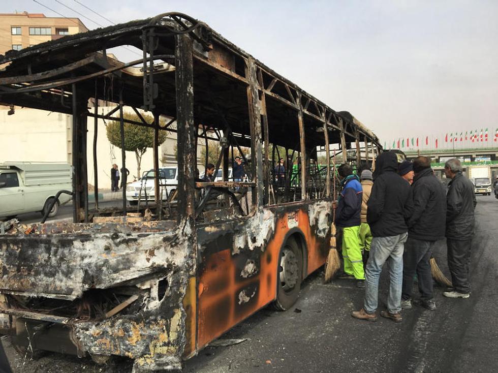 סניף בנק איראן הוצת מחאת דלק איספהאן (צילום: EPA)