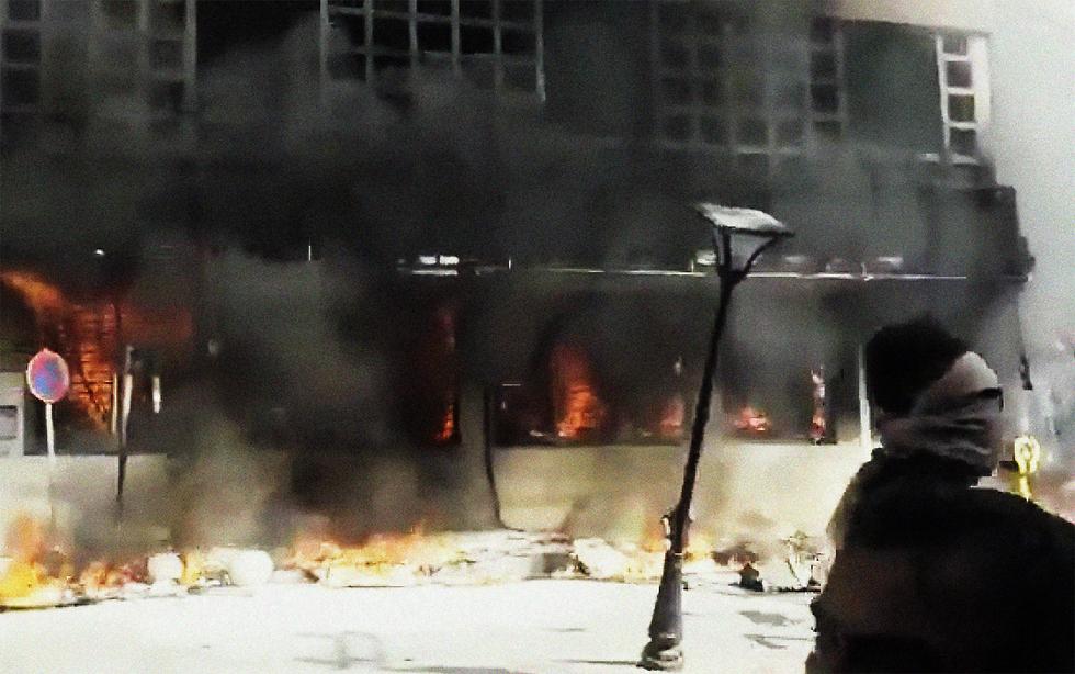 סניף בנק איראן הוצת מחאת דלק איספהאן (צילום: MCT)
