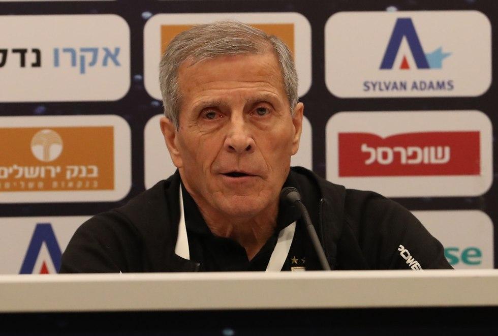 אוסקר טבארס מאמן אורוגוואי (צילום: אורן אהרוני)