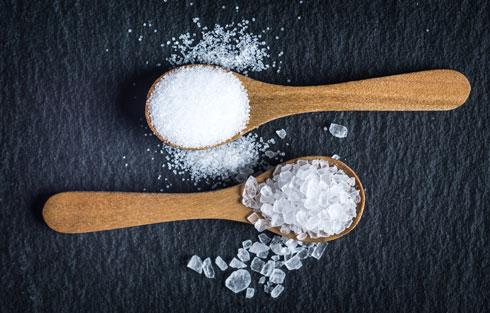 כשאתה בסופר, אל תתעצל. קרא את תוויות המזון והעדף מוצרים בעלי תכולה נמוכה של נתרן (צילום: Shutterstock)