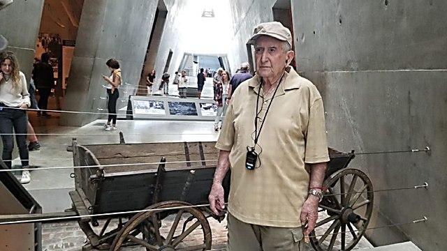 בסיור במוזיאון יד ושם ()