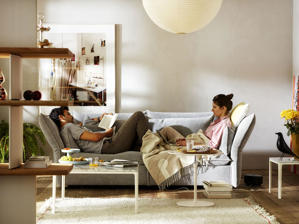 הספה הקומפקטית של חברת ''ויטרה'' (''הביטאט'') משלבת משענות צד רכות וגמישות, שמאפשרות ישיבה במנחים שונים, ותתאים היטב לסלון קטן