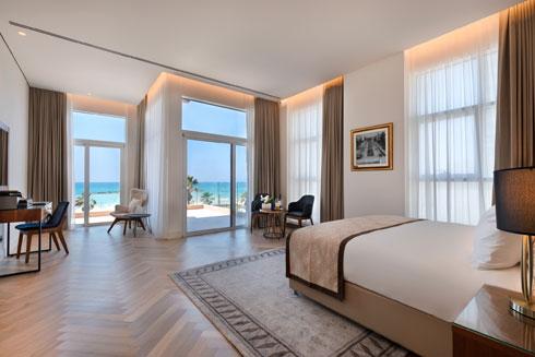 אלה שבקומה השנייה נהנים מהנכס העיקרי של המלון - נוף לים הקרוב כל כך (צילום: אסף פינצ'וק)