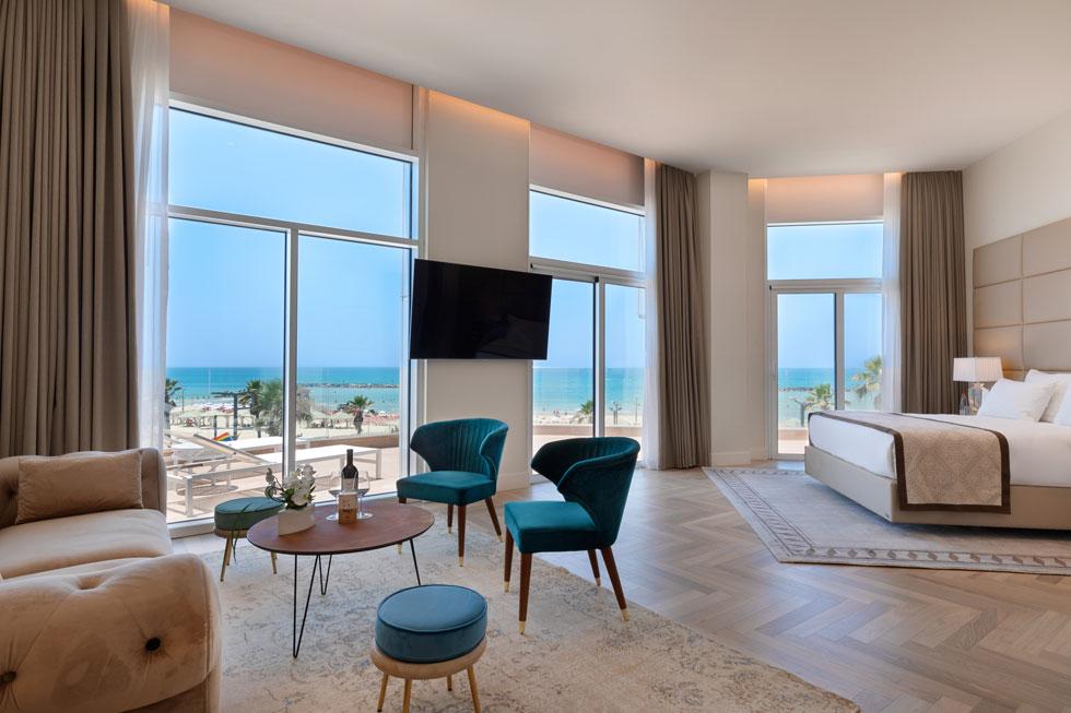 בחדרים שבקומה השנייה יש נוף לים. הצבעוניות בכל חדרי האירוח בגווני חום ובז'    (צילום: אסף פינצ'וק)