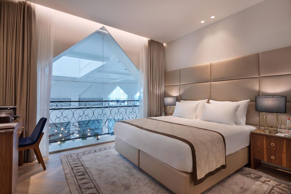חדר עם נוף ללובי. חדרי המלון מעוצבים זהה, ללא כל מאפיין מקומי, היסטורי או עכשווי ייחודי    (צילום: אסף פינצ'וק)