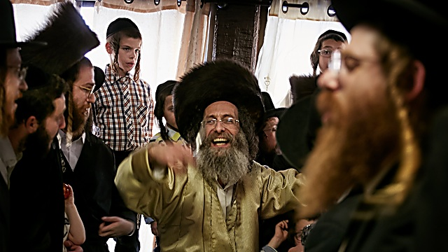 רבי מלך בידרמן לפני כמה חודשים בהר נמירון בהילולה לכבוד החאלקה של ילד בן 3.  (צילום:  אגניישקה טרצ'סבקה)