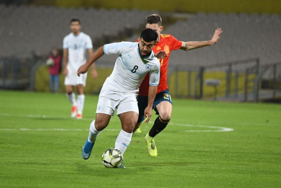 מוחמד אבו פאני נאבק על הכדור (צילום: יאיר שגיא)
