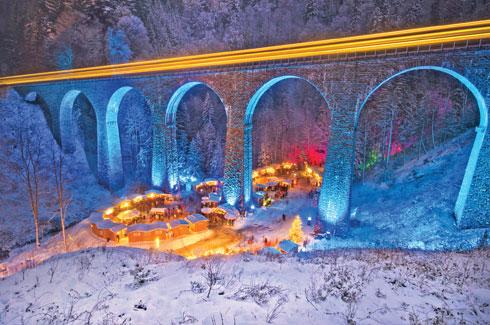 שוק ייחודי, הבנוי בצורת כפר חג מולד ססגוני, בלב הטבע ואפוף באווירה רומנטית. שוק חג המולד  (צילום: Hochschwarzwald Tourismus Gmbh)