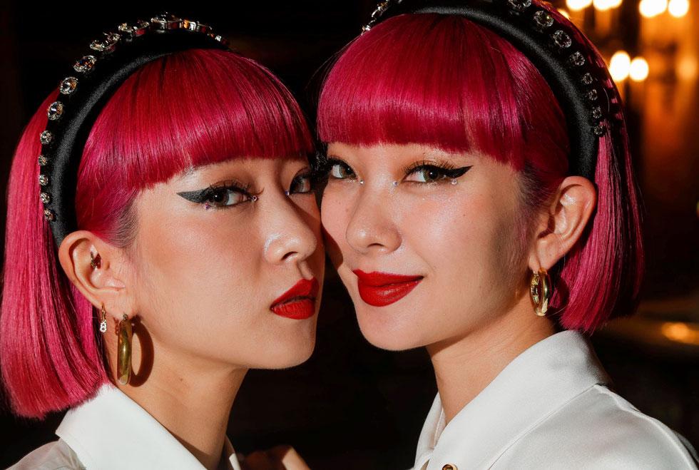לשדרוג כל תסרוקת. התאומות היפניות אמי ואיה מדגמנות את טרנד קשתות השיער (צילום: rex/asap creative)