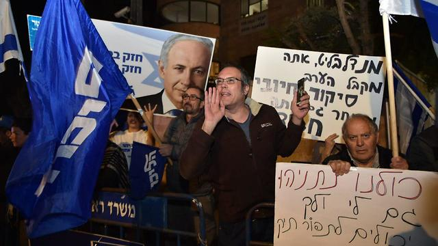 Protest in support of Netanyahu following the indictment (Photo: Yoav Dudkevitch)
