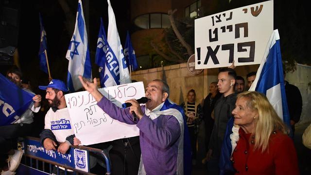 הפגנה בעד בנימין נתניהו במעון בבלפור (צילום: יואב דודקביץ')