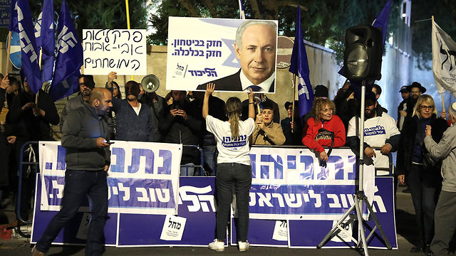 Protest in support of Netanyahu following the indictment (Photo: EPA)