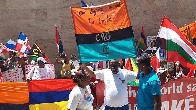 מאוריציוס מפגינים נגד בריטניה כיבוש ב איי צ'אגוס (צילום: AFP)