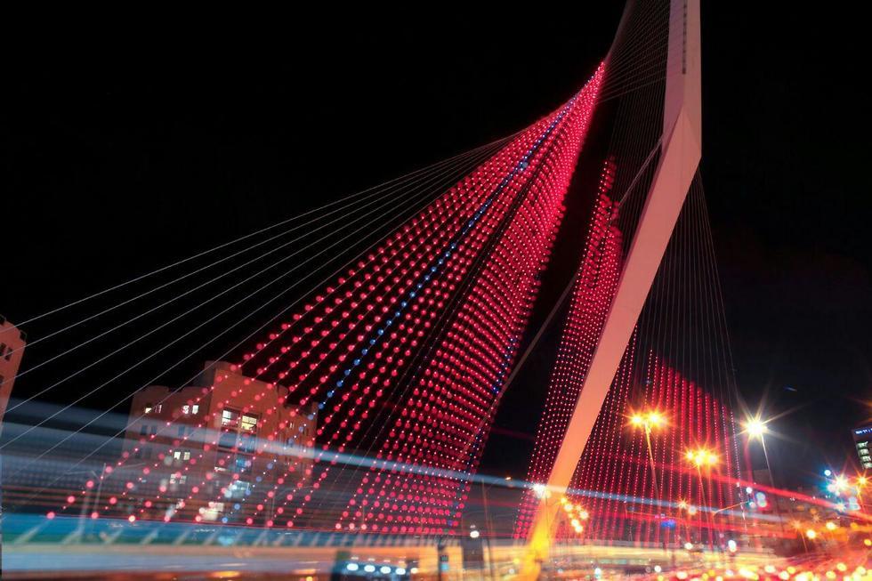 גשר המיתרים ירושלים הואר אדום אות הזדהות מאבק אלימות כלפי נשים (צילום: תמיר חיון)