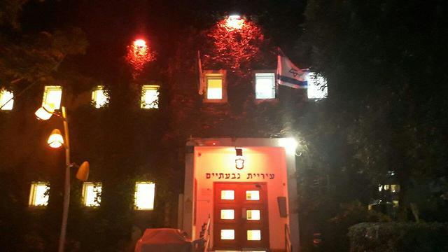 עיריית גבעתיים  אור אדום הזדהות מאבק אלימות כלפי נשים (צילום: דוברות עיריית גבעתיים)