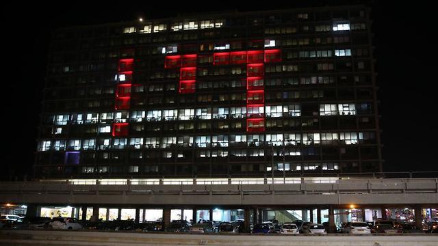 בניין עיריית תל אביב אור אדום הזדהות מאבק אלימות כלפי נשים (צילום: מוטי קמחי)