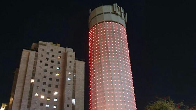 מגדל המים קריית אונו אור אדום הזדהות מאבק אלימות כלפי נשים (צילום: עיריית קריית אונו)