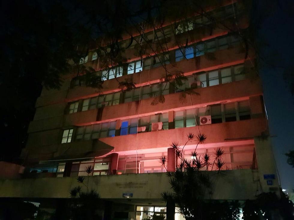בניין ויצו תל אביב אור אדום הזדהות מאבק אלימות כלפי נשים ( צילום: יח