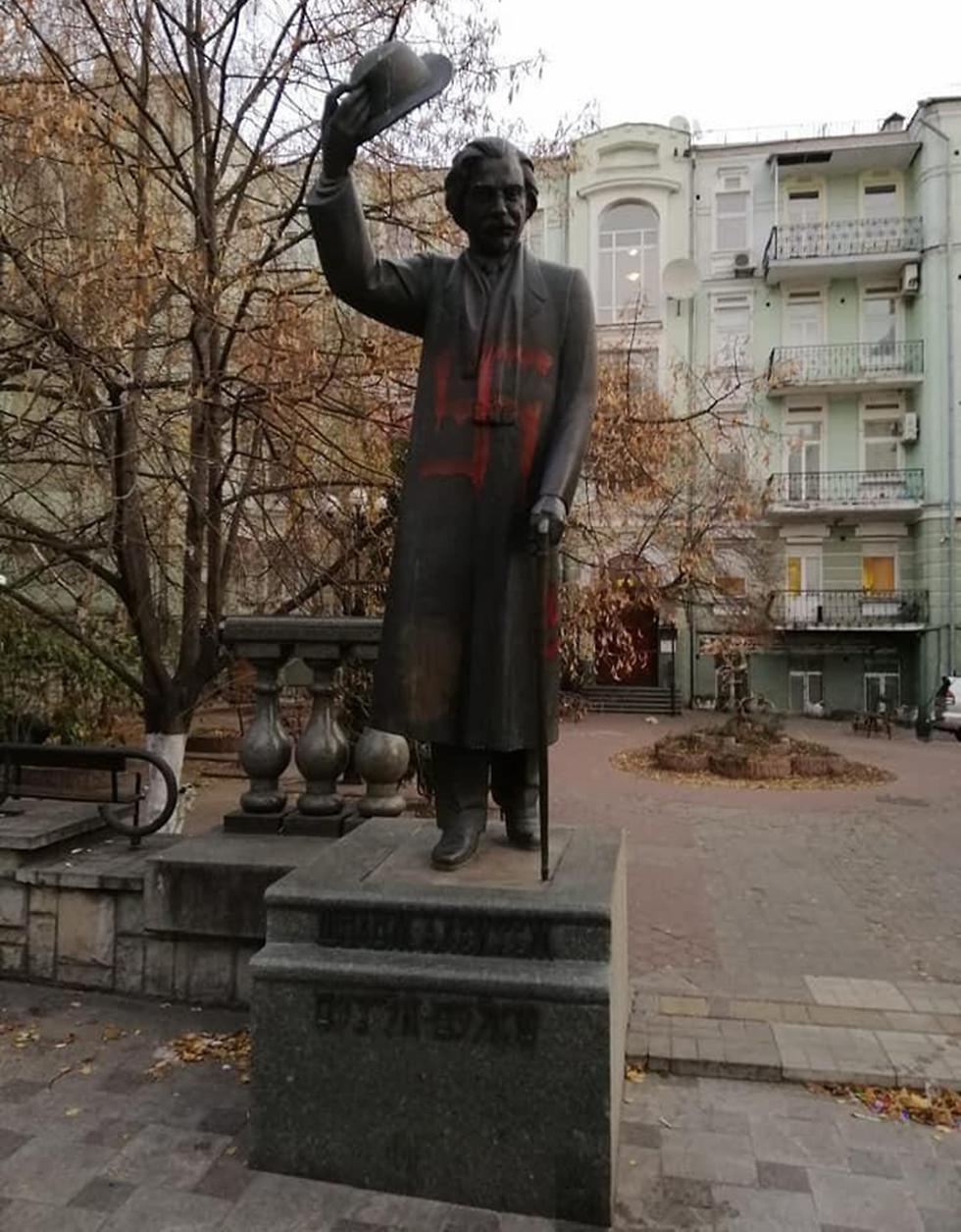 צלבי קרס על הפסל שלום עליכם בקייב ()