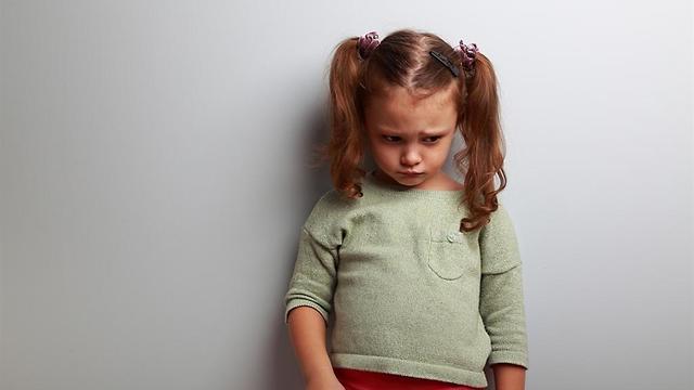 ילדה עצובה עם קוקיות  (צילום: shutterstock)