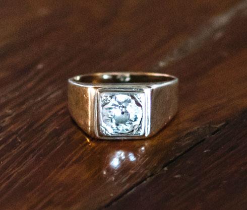 """""""קיבלתי אותה במתנה מאמא של עודד בעלי. הטבעת כנראה בת 200 שנה ועוברת בירושה מדור לדור. אני ועודד יחד כבר 13 שנה ואני קצת כמו הבת שלה, כי היא אם לשלושה בנים. מעבר למשמעות הסימבולית והחשיבות שלה, יש לה יהלום מטורף"""" (צילום: עדי סגל)"""