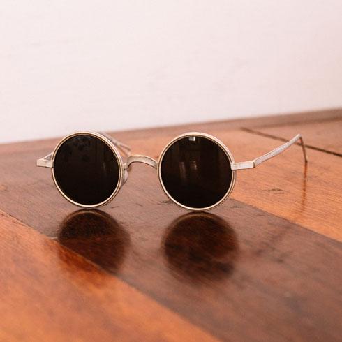 """""""יש לי פֶטיש למשקפי שמש, ובשנים האחרונות אני מרגישה שבימים שקשים לי, אני מרכיבה משקפי שמש והם שומרים עליי. הזוג הזה שרכשתי באיטליה הוא המוג'ו שלי עכשיו. אני לא נפרדת מהם"""" (צילום: עדי סגל)"""